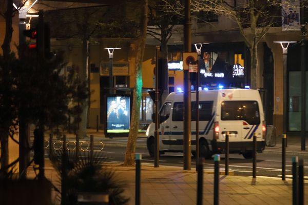 Les forces de l'ordre ont tourné toute la nuit pour faire respecter le couvre-feu - mars 2020