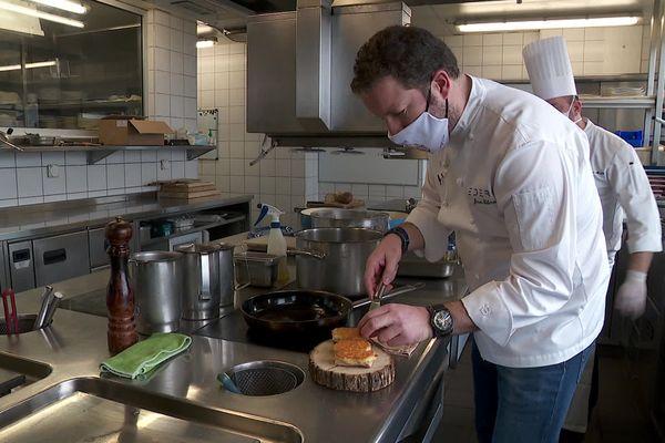 Alors que les fourneaux du restaurant dans lequel il officiait est fermé depuis des mois à Paris, le chef a choisi de se lancer dans l'aventure d'un nouvel établissement ..en Suisse