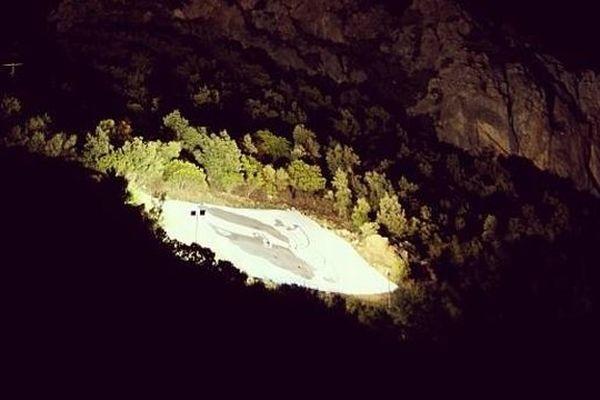 L'association A Punta di l'Ortu a célébré A festa di a Nazioni en installant un drapeau corse de 300 m2 éclairé sur la Punta Calcina (Corse-du-Sud)