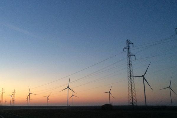 Éoliennes le long de la route.