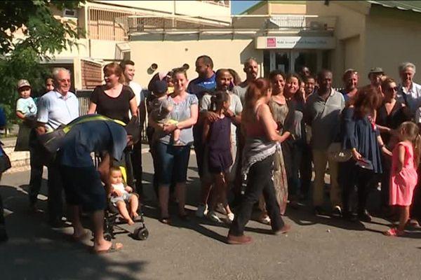Un peu plus d'une cinquantaine de parents et de salariés de la crèche de l'Oeuf s'est réunie hier devant l'établissement. La crèche va être délocalisée et pourrait rouvrir en septembre.