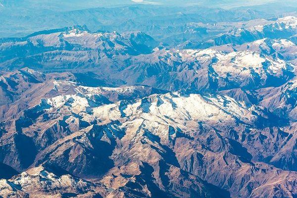 Vue aérienne d'une partie de la chaîne de Pyrénées. Archives