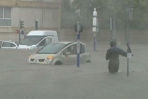 Montpellier - le centre ville sous 60cm d'eau, il est tombé 300 litres par m2 en 3 heures - 29 septembre 2014.