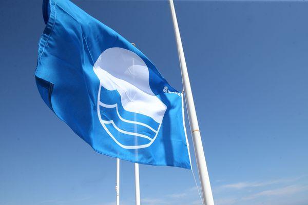 Un drapeau indiquant une plage pavillon bleu à Nice.