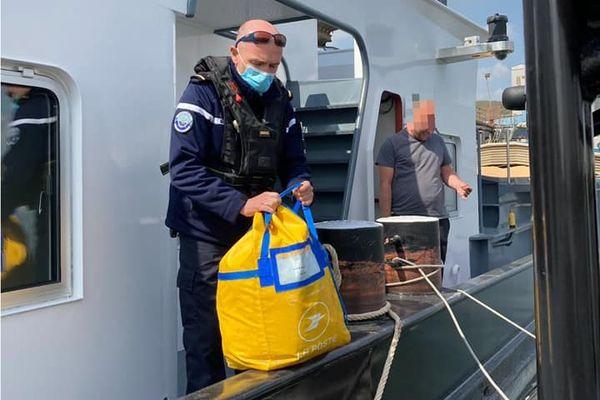 Ce sont 15 kilos de courrier qui ont été repêchés par les gendarmes de Seine-Maritime.