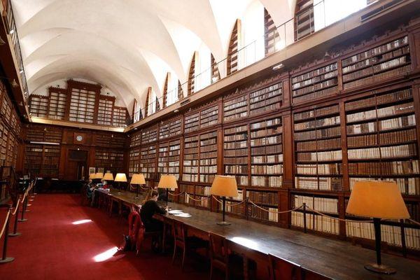 """Un ouvrage très rare d'Isaac Newton imprimé en 1686,"""" Philosophiae naturalis principia mathematica"""" , a été découvert au sein de la bibliothèque patrimoniale d'Ajaccio."""