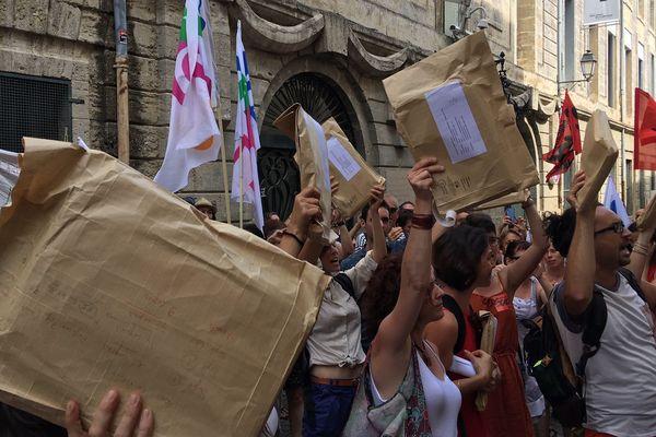 Montpellier - les correcteurs grévistes de l'académie, copies en main, rapportent les épreuves notées du bac au rectorat avec retard, pour protester contre les réformes Blanquer - 8 juillet 2019.