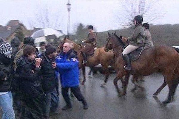 Manifestation contre une chasse à Cour à Glenic