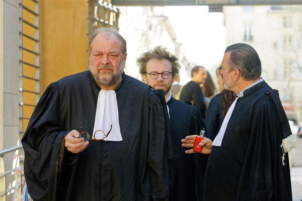 Me Dupont Moretti et Me Vey, les avocats des pilotes avec Me Berton, conseil de Bouchareb, devant la cour d'assises spéciale.