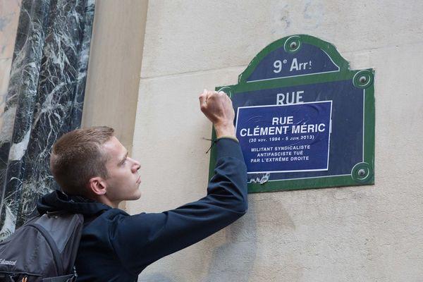 """La rue parisienne de Caumartin a été symboliquement rebaptisée """"rue Clément-Méric"""" lors d'une manifestation organisée le jour de l'ouverture du procès ce 4 septembre 2018 sur les lieux du drame."""