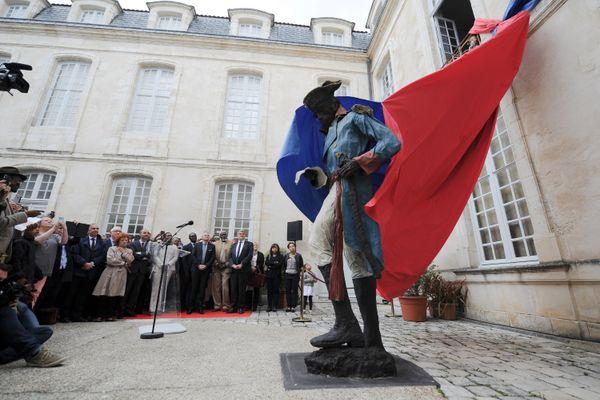 Le 20 mai 2015, Une statue de Toussaint Louverture était installée dans la cour du Musée du Nouveau Monde de La Rochelle.