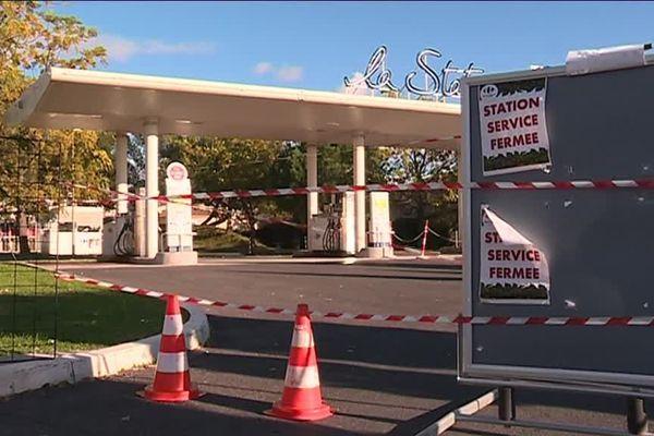 A Montpellier ou à Lunel dans l'Hérault, certaines stations services, vidées depuis samedi midi par des automobilistes inquiets, attendent leur approvisionnement.