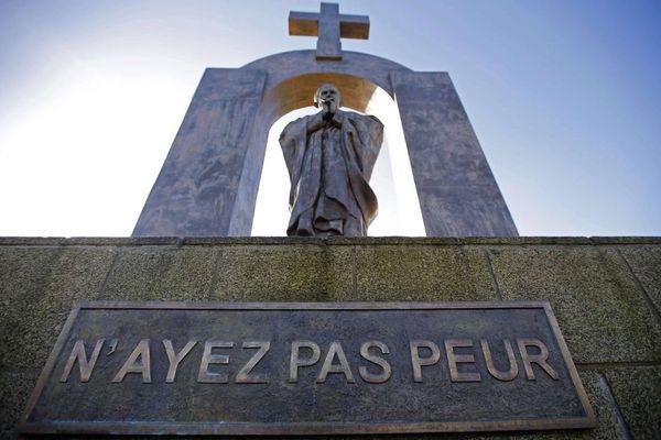 La statue de Jean-Paul II surplombée d'une croix à Ploërmel (Morbihan)