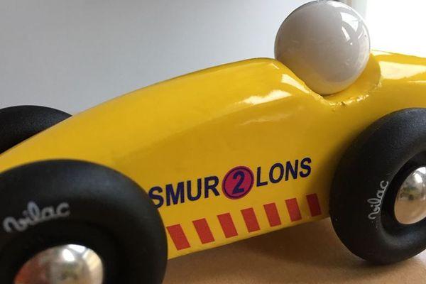 Ce petit modèle de voiture est mis en vente auprès du personnel des urgences de Lons-le-Saunier, au prix de 10 euros.