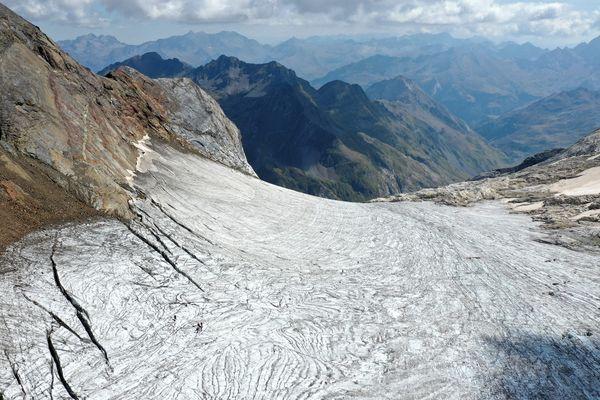 Photographié le 05/09/2021, le glacier d'Ossoue est un glacier des Pyrénées situé dans le massif du Vignemale, sur le versant nord de la frontière franco-espagnole dans le département des Hautes-Pyrénées. Le plus haut glacier des Pyrénées françaises, victime du réchauffement climatique, fait l'objet d'une surveillance permanente.