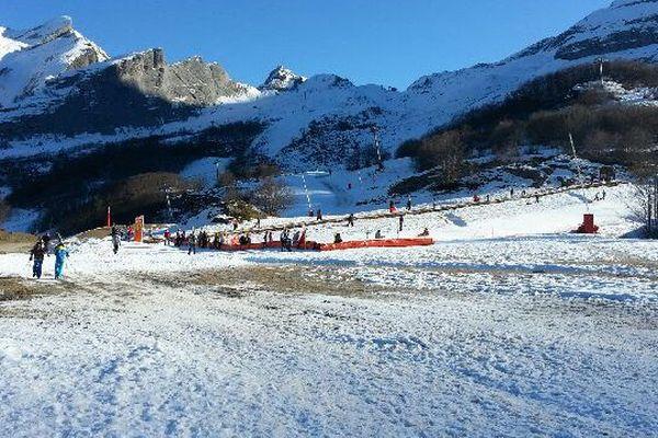 Quelques skieurs à Gourette malgré le manque de neige ce dimanche 18 décembre 2016.