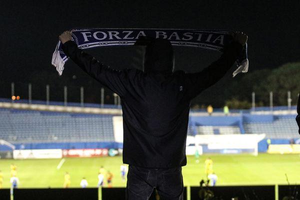 Un supporter affichant son soutien aux bleus malgré le huis-clos, le 16 novembre dernier.