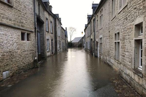 L'une des rues du centre-ville de Valognes les plus touchées.