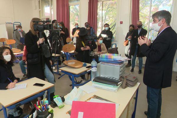 Conférence de presse dans une salle de classe, à l'Estaque-Plage