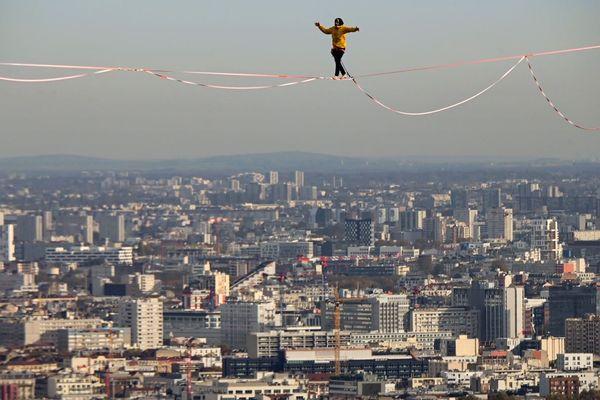 """Le """"highliner"""" Nathan Paulin a parcouru 510 m au-dessus du vide."""