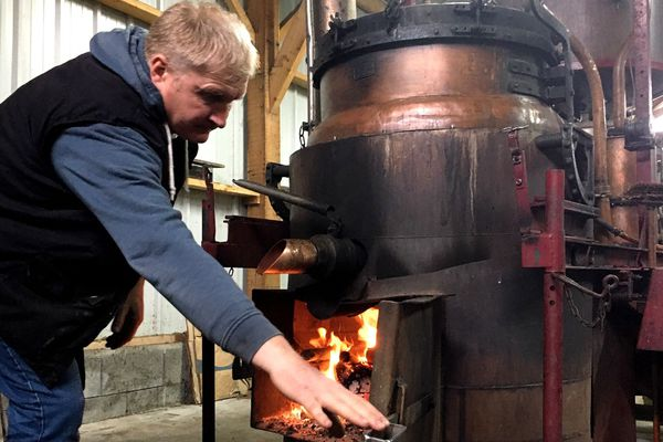 Cédric Lepéculier est l'un des cinq bouilleurs de cru qui perpétuent la tradition en Mayenne, janvier 2020