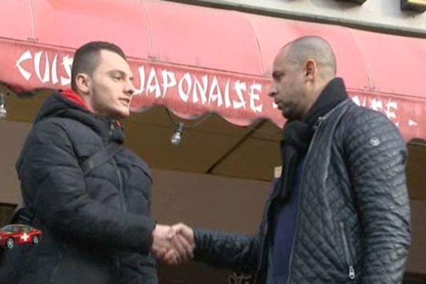 Mabrouk avec un des jeunes qu'il aide à sortir de la galère