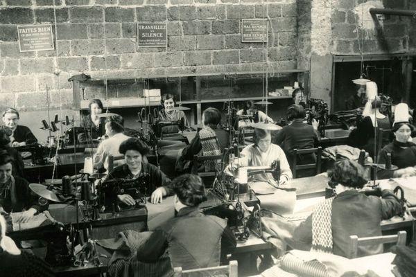 """Des ouvrières au travail dans un atelier de confection de l'entreprise """" Le Glazic"""" à Quimper en 1930."""
