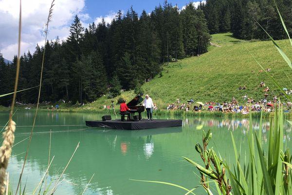 Le pianiste François-René Duchâble au lac de la Colmiane pour l'un de ses derniers concerts