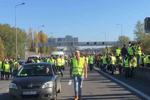 Les manifestants organisent le barrage filtrant sur le pont d'Aquitaine en ce début d'après-midi samedi 17 novembre.