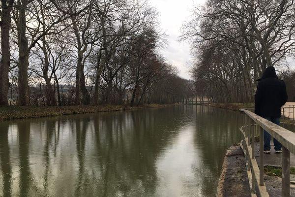 Un temps maussade avec des pluies sur le canal du Midi en Occitanie.
