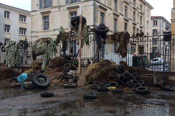 La cour de la préfecture des Deux-Sèvres après l'opération des agriculteurs contre la nouvelle carte des zones défavorisées, en février 2018.
