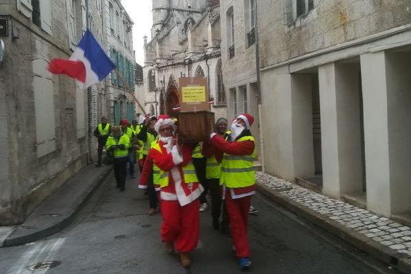 Les gilets jaunes ont défilé dans les rues de Chaumont avec un cercueil représentant la fin du mandat d'Emmanuel Macron ce 22 décembre