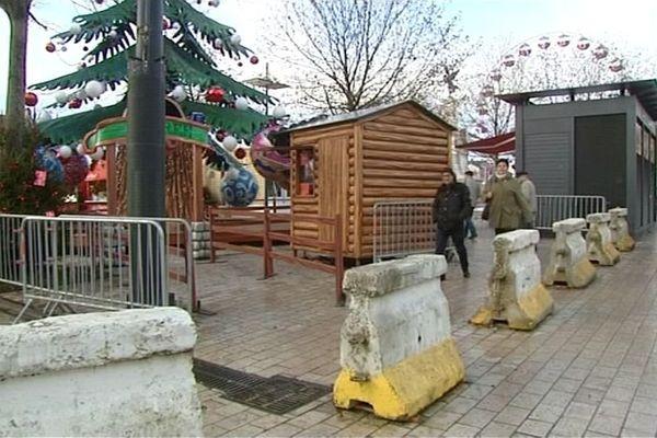 100 blocs de bétons ont été installés sur la place de la République, autour du marché de Noël de Dijon