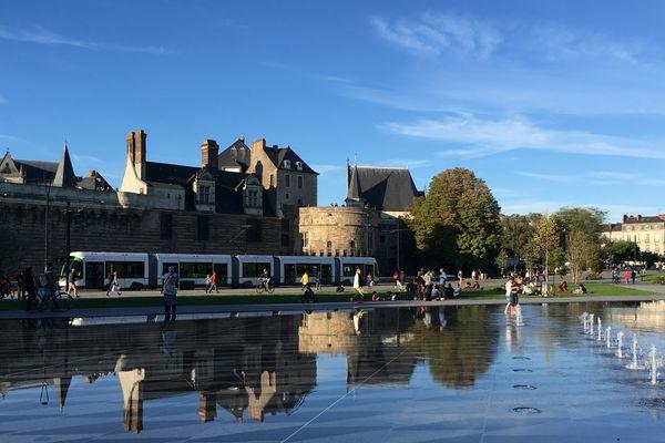 Le Miroir d'eau à Nantes et le tramway, ligne 1, le 6 octobre 2017