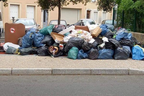 Détritus qui débordent sur la voie publique à Castres faute de ramassage lié à la grève des éboueurs.