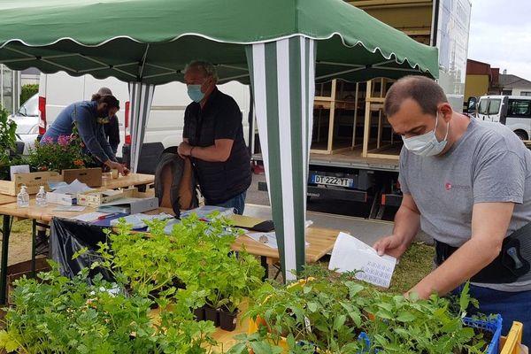 Le drive de plants de légumes et de fleurs chez Emmaüs Mundo, unique possibilité de vente pendant le confinement