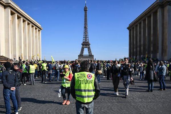 Des gilets jaunes en mars dernier face à la police, sur l'esplanade du Trocadéro à deux pas de la tour Eiffel.