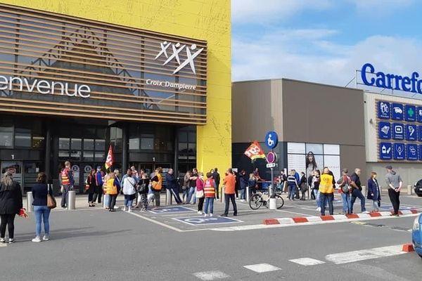 Les employés de Carrefour font grève ce vendredi 19 juin devant leur magasin pour dénoncer leurs conditions de travail