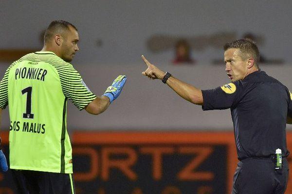 Laurent pionnier gardien des buts de Montpellier face à l'arbitre Jérôme Miguelgorry octobre 2016