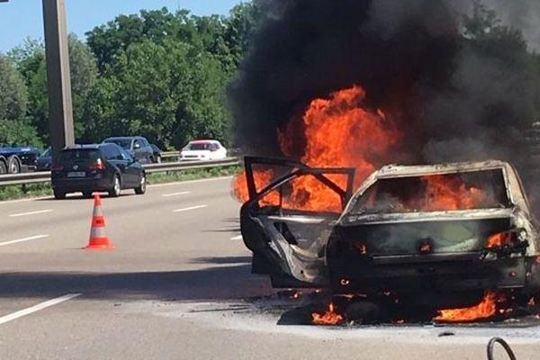 Il ne reste rien du véhicule embrasé. Les flammes ne se sont pas propagées.