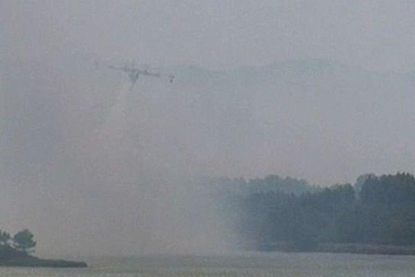 Peyriac-de-Mer (Aude) - plus de 220 pompiers de l'Aude, de l'Hérault et des Pyrénées-Orientales, 40 véhicules et 7 avions luttent contre un violent incendie - 30 juillet 2014.
