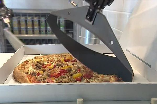Un robot-pizzaïolo.