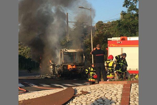 Le minibus enflammé près du rond-point de la gare de Banyuls, ce 13 juin 2021.