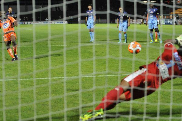 Le penalty raté de Diallo, lors de la rencontre Stade Lavallois - Le havre, le 18 octobre 2013