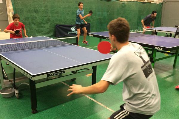 Pour les adolescents, une séance de tennis de table dure entre deux et trois heures.