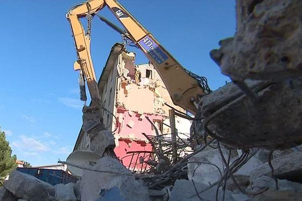Au quartier Prés Saint Jean, des barres d'immeuble sont en cours de démolition. Selon la mairie, chaque logement détruit sera reconstruit. / janvier 2019.