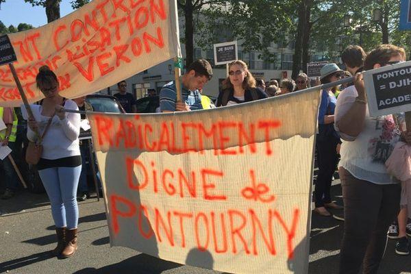 Les habitants de Beaumont-en-Véron, où devrait ouvrir le premier centre de déradicalisation de France, manifestent à Chinon, samedi 28 mai 2016.