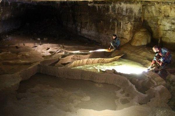 De nombreuses cavités et un terrain glissant caractérisent l'aven de Malaval