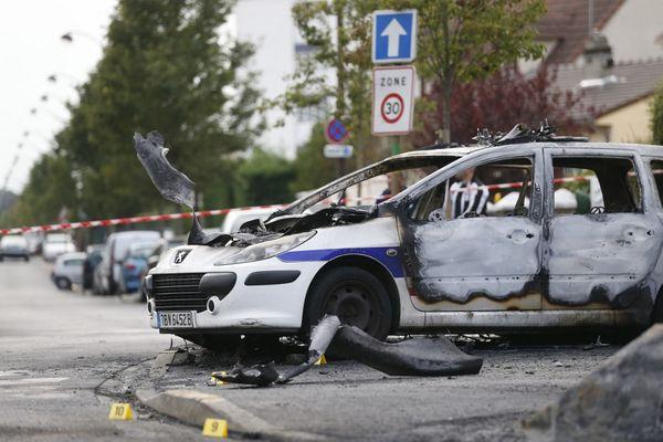 La voiture de police brûlée par des cocktails Molotov le 8 octobre 2016 où se trouvaient quatre policiers.