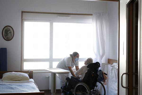 Un patient et une infirmière, dans un Ehpad de Saint-Nazaire.